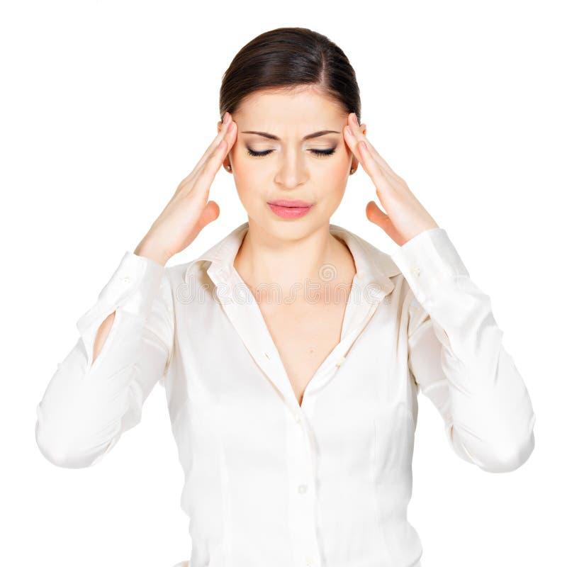 A mulher nos vidros com dor de cabeça espreme os templos imagens de stock