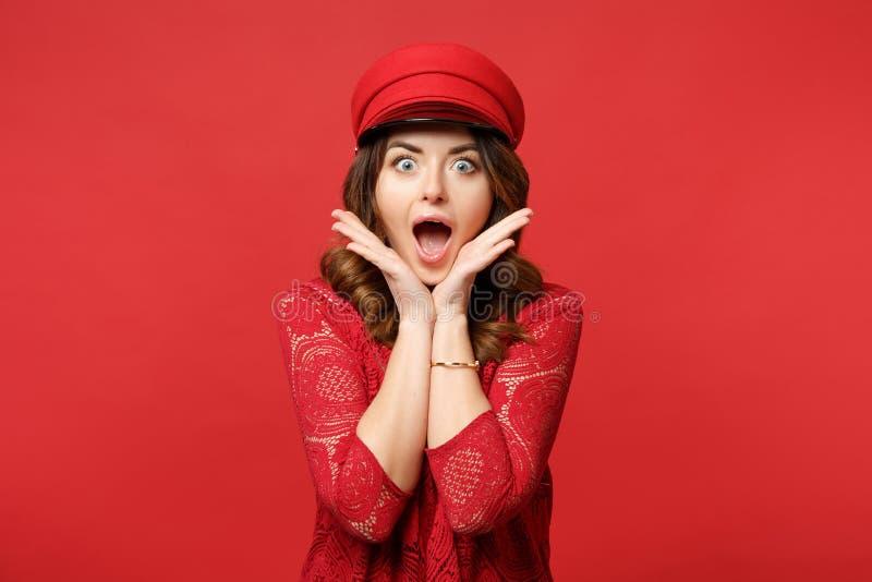 O retrato da jovem mulher surpreendida no vestido do laço e o tampão que mantém a mão posta aberta da boca sustentam acima no que fotos de stock