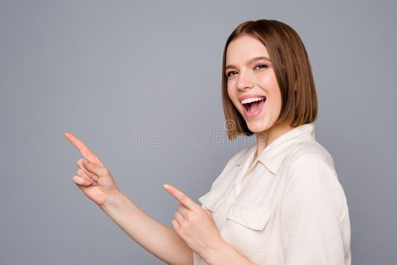 O retrato da juventude funky louca tem recomendar a escolha decidir pontas da solução escolher a roupa na moda à moda da blusa do fotos de stock royalty free
