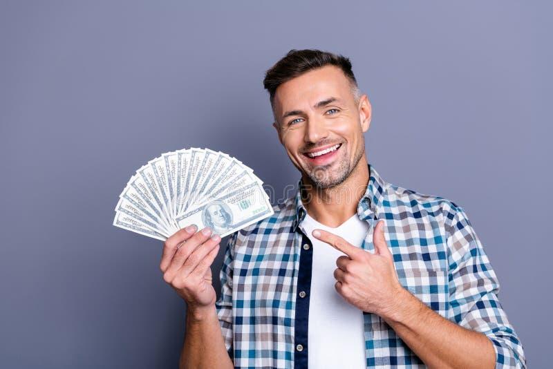 O retrato da mão encantador bonita positiva da posse do homem manda a finança do investimento sentir a manta verificada desgaste  fotos de stock royalty free