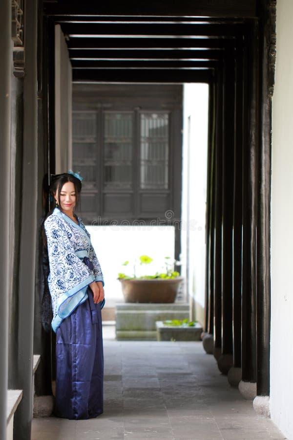 O retrato da menina chinesa asiática no vestido tradicional, veste o estilo azul e branco Hanfu da porcelana imagem de stock royalty free