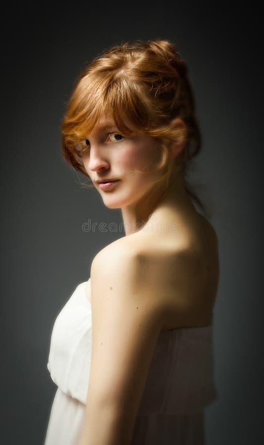 O retrato da menina com vermelho teve imagem de stock