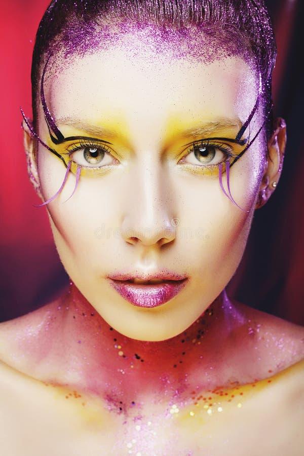 O retrato da menina do modelo de alta-costura com vívido colorido compõe Ab imagens de stock