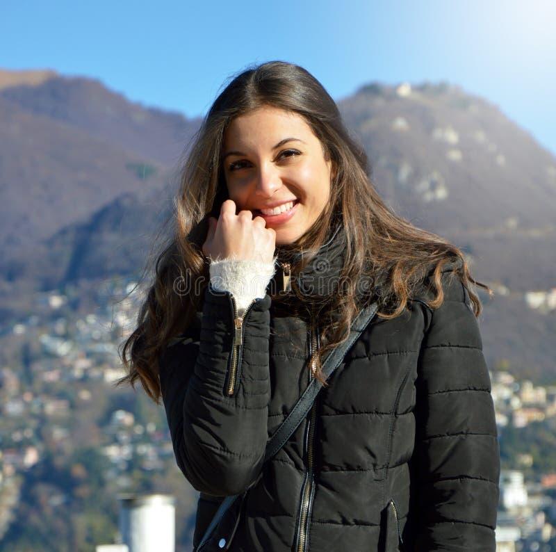 O retrato da menina doce com roupa do inverno da queda sorri na câmera fora fotografia de stock royalty free