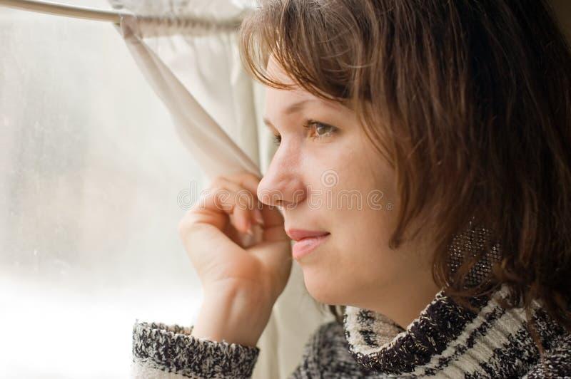 O retrato da menina no trem olha fora do indicador imagens de stock
