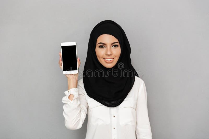 O retrato da mulher árabe nova 20s no lenço islâmico com orien imagem de stock royalty free