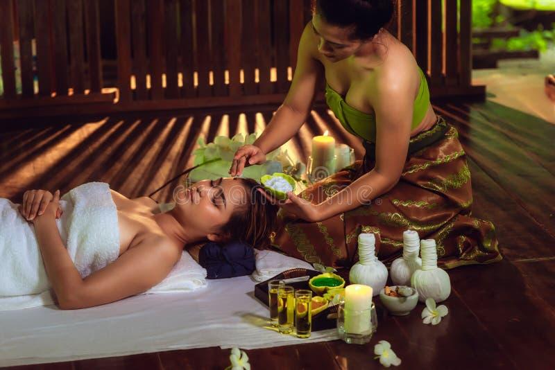 O retrato da mulher asiática está relaxando na massagem dos termas imagens de stock