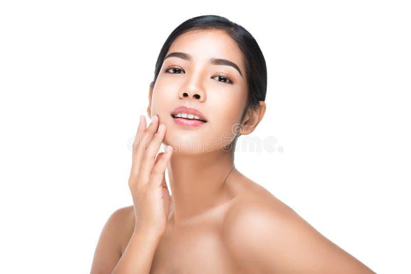 O retrato da mulher bonita dos cuidados com a pele aprecia e feliz, tocando em sua cara, com trajeto de grampeamento fotografia de stock