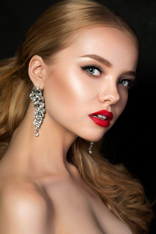 O retrato da mulher bonita nova com noite compõe imagem de stock