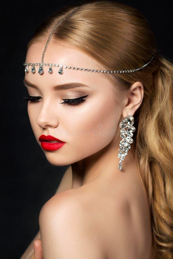 O retrato da mulher bonita nova com noite compõe imagem de stock royalty free