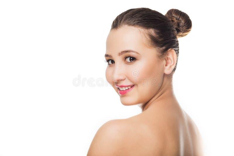 O retrato da mulher bonita nova com pele saudável no branco isolou o fundo Os cuidados com a pele, juventude, compõem imagem de stock royalty free