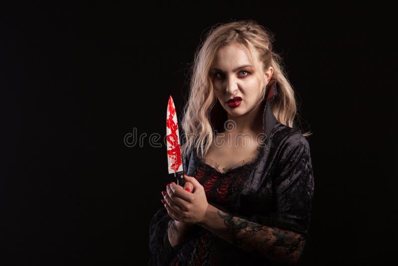 O retrato da mulher boody bonita e sedutor do vampiro para hallooween foto de stock