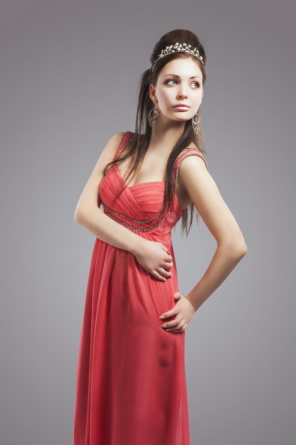 O retrato da mulher caucasiano de relaxamento sensual grunhe dentro nivelando Dre fotografia de stock