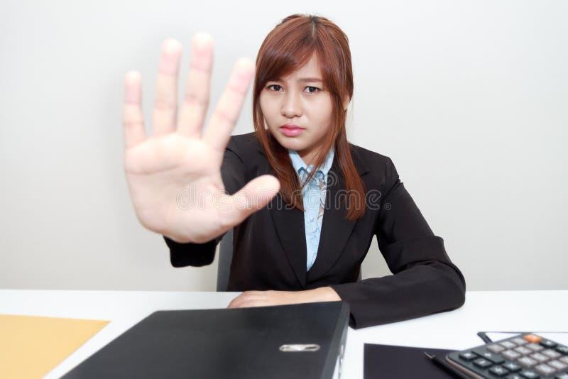 O retrato da mulher de negócio diz não ou posse sobre em seu escritório fotos de stock royalty free