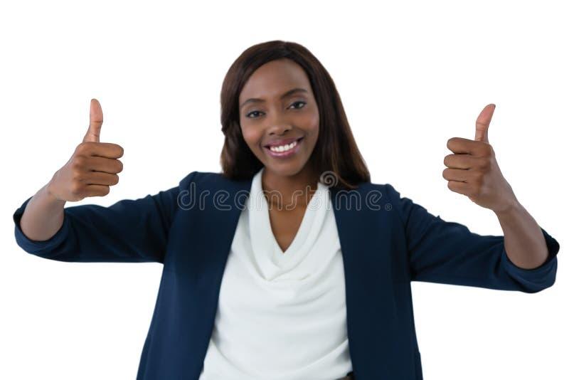 O retrato da mulher de negócios feliz que mostra os polegares levanta o gesto imagens de stock