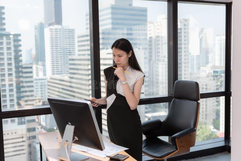 O retrato da mulher de neg?cio ? Woking em seu Desktop da tabela no local de trabalho do escrit?rio, mulher de neg?cios bonita at foto de stock