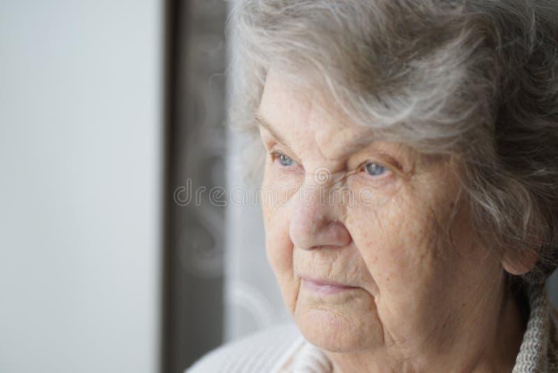 O retrato da mulher idosa idosa envelheceu 80s dentro imagens de stock royalty free