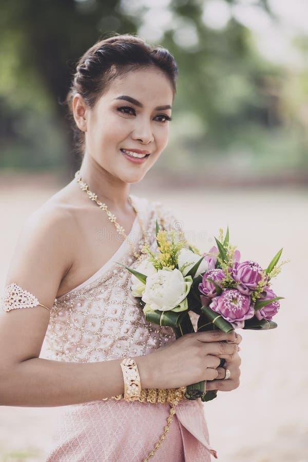 O retrato da mulher mais nova asiática que veste a tradição tailandesa veste h fotos de stock