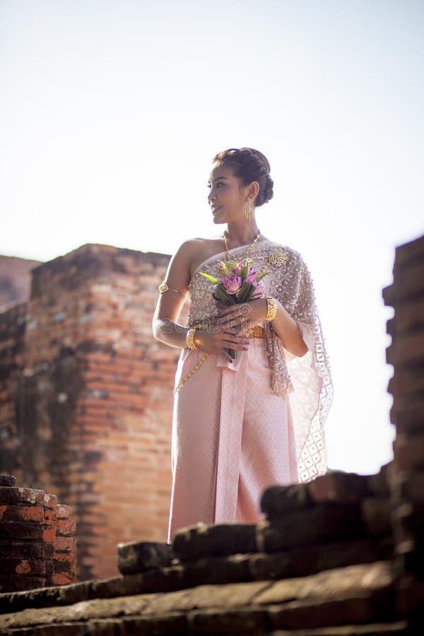 O retrato da mulher mais nova asiática que veste a tradição tailandesa veste h foto de stock royalty free