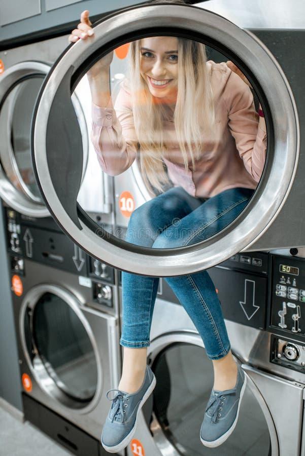 O retrato da mulher na lavanderia imagens de stock royalty free