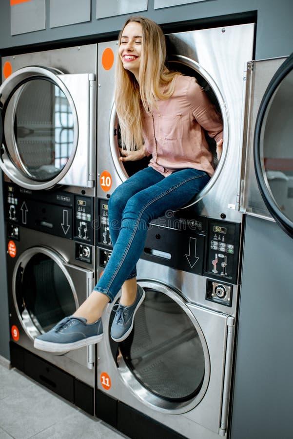 O retrato da mulher na lavanderia imagem de stock royalty free