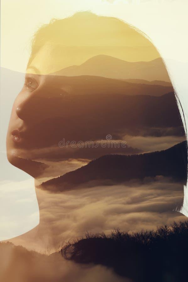 O retrato da mulher no fundo da paisagem da montanha fotografia de stock