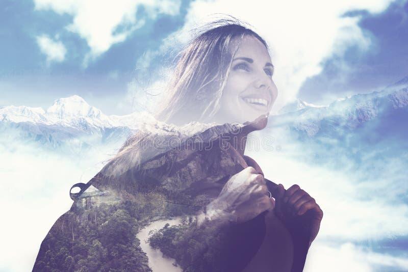 O retrato da mulher que cobre a paisagem da montanha imagem de stock