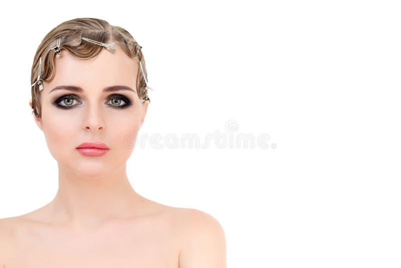 O retrato da mulher retro loura elegante com cabelo e o smokey bonitos eyes a composição Estilo da beleza do vintage e do encanto fotos de stock royalty free