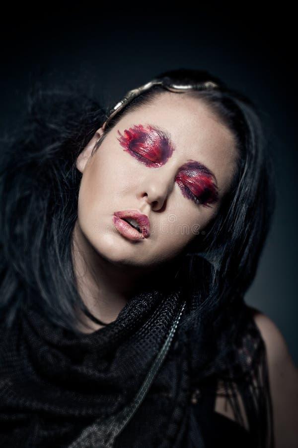 O retrato da mulher triguenha nova com olhos fechados forma a composição fotos de stock