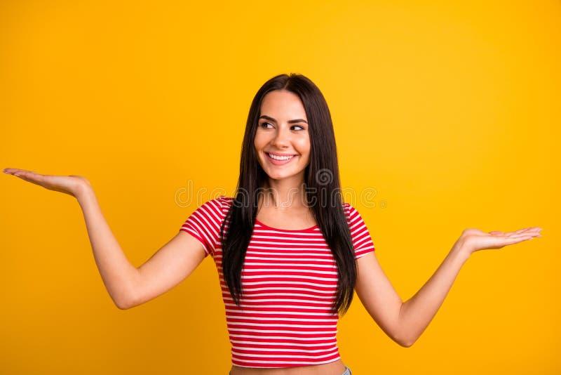 O retrato da pessoa bonita agradável da juventude tem recomendar anúncios anuncia a atenção do olhar demonstrou a roupa moderna v foto de stock