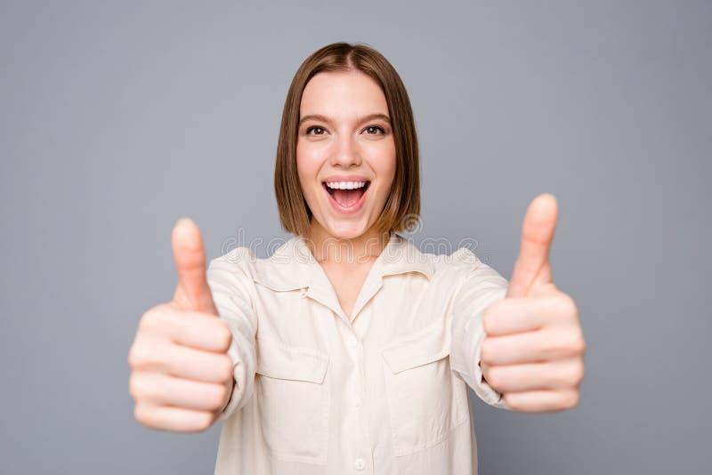 O retrato da senhora funky engraçada manda anúncios recomendar recomendar o desconto para dar o feedback para sentir para exultar imagens de stock royalty free