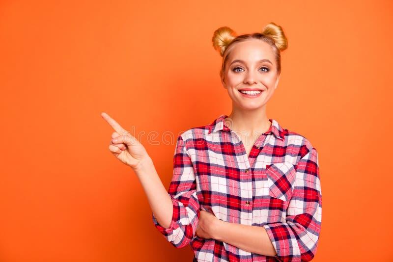 O retrato da senhora positiva alegre da senhora bonita para mandar anúncios escolher decide recomendar para subscrever a laranja  imagem de stock royalty free