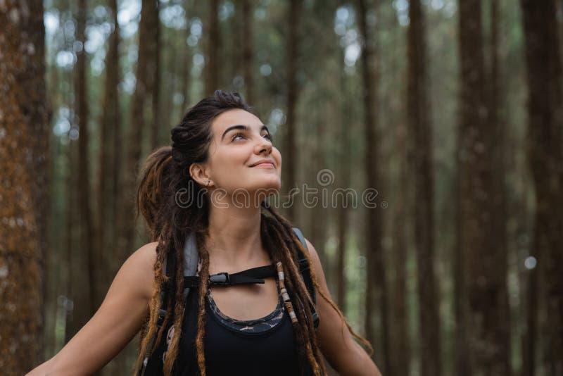 O retrato da teme a jovem mulher no relaxamento exterior foto de stock royalty free