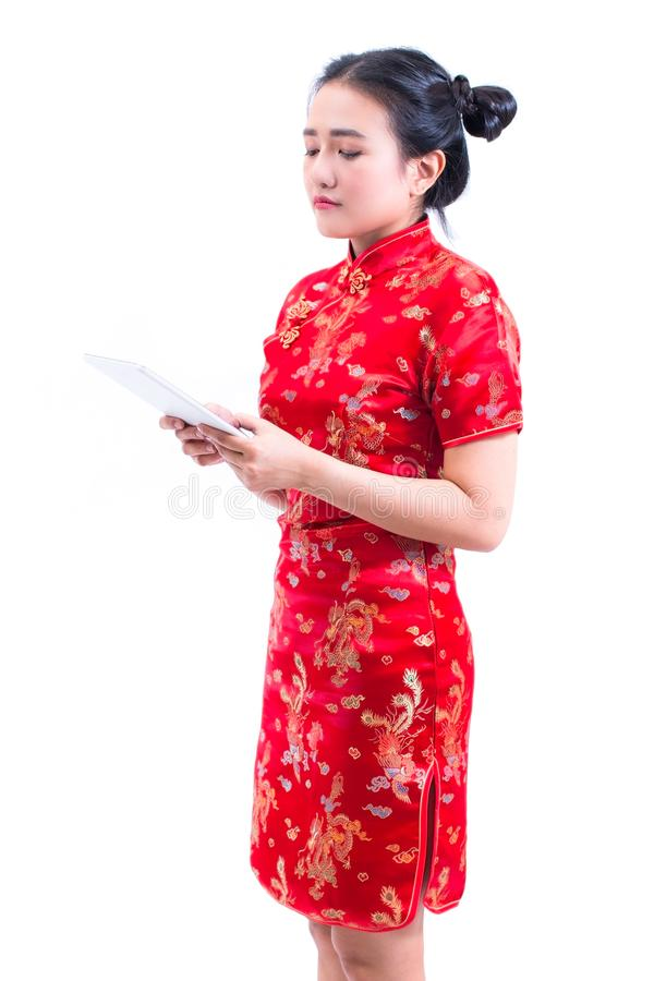 O retrato da vista lateral do chinês asiático novo bonito do desgaste de mulher veste o cheongsam ou o qipao tradicional usando a fotos de stock royalty free