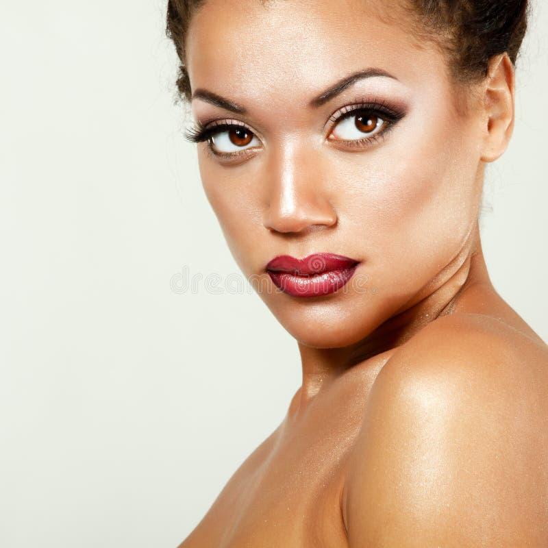 O retrato de Beauyt da mulher fresca do mulato novo com bonito faz foto de stock royalty free