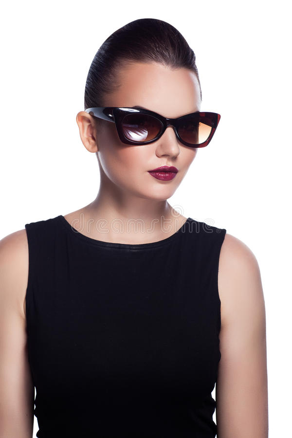O retrato de bonito e forma a menina nos óculos de sol, sho do estúdio imagens de stock royalty free
