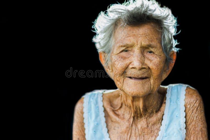 O retrato de comprime e mulher idosa insolúvel, assento da avó fotografia de stock