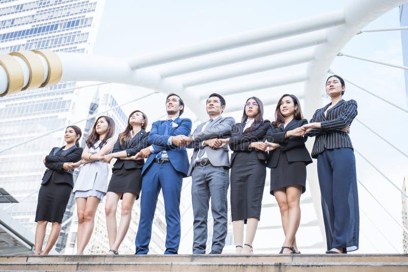 O retrato de executivos seguros agrupa a posição na fileira imagem de stock royalty free