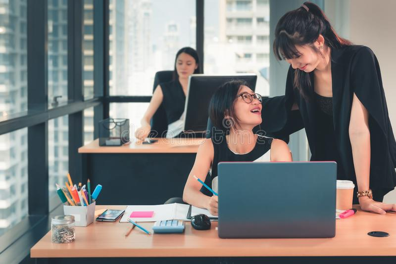 O retrato de mulheres de negócio é Woking no local de trabalho do escritório, na ocupação e no conceito da carreira foto de stock royalty free