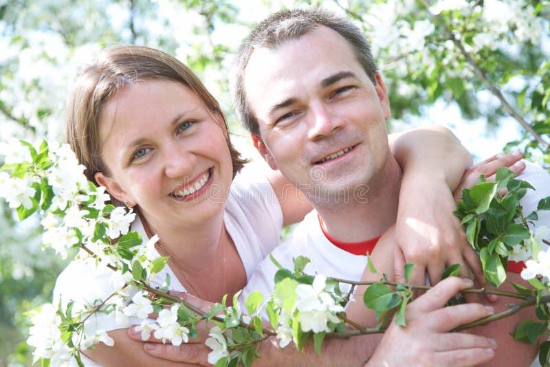 O retrato de pares maduros na mola jardina imagem de stock royalty free