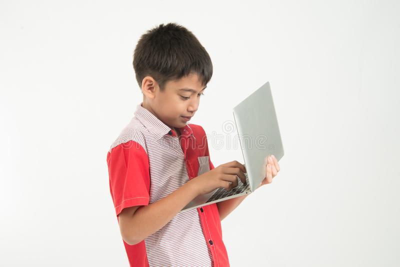 O retrato de pouco menino da mistura toma uma tabuleta do caderno no branco foto de stock royalty free