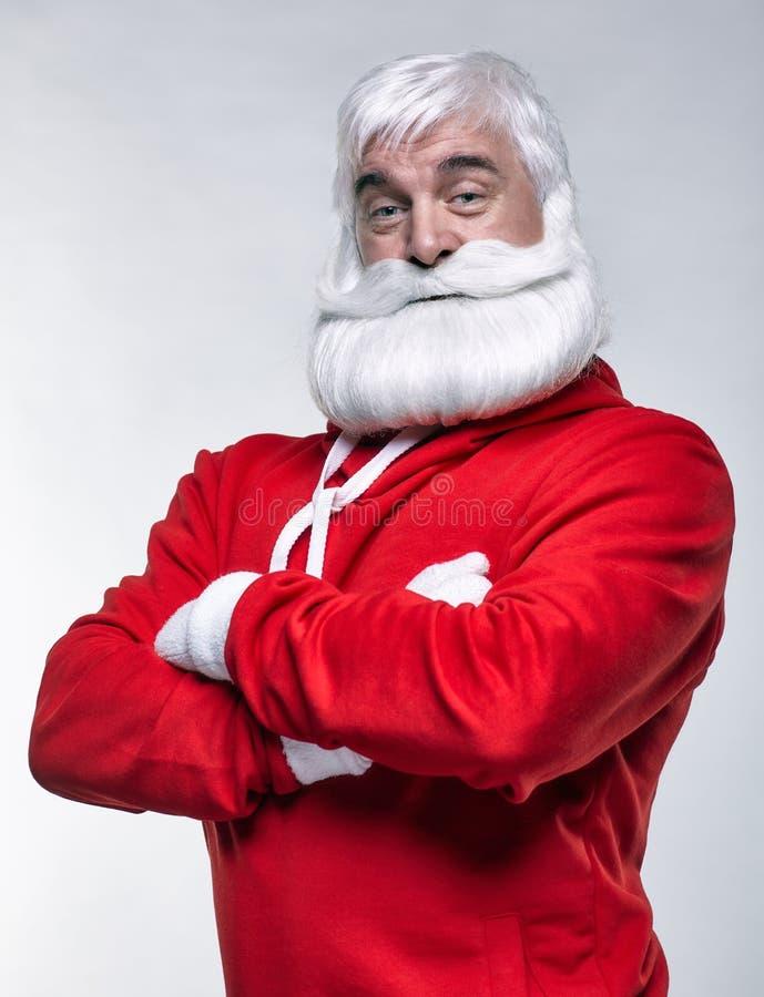 O retrato de Santa Claus no sportsware com mãos cruzou-se imagem de stock royalty free