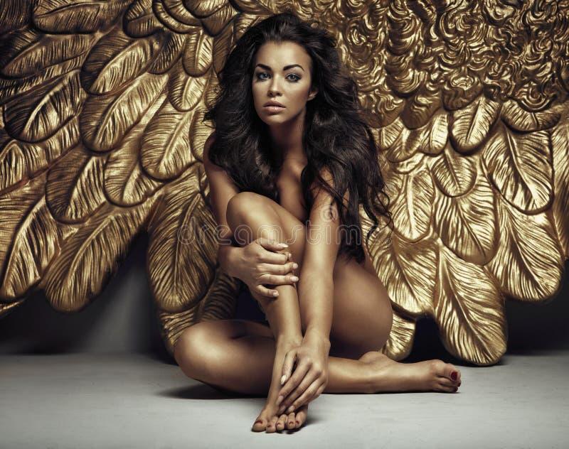 O retrato de um anjo bonito com ouro voa imagens de stock