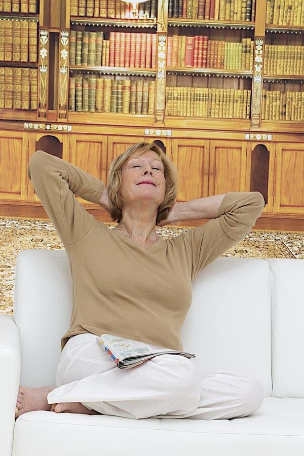 O retrato de um bonito relaxa a mulher superior imagens de stock royalty free