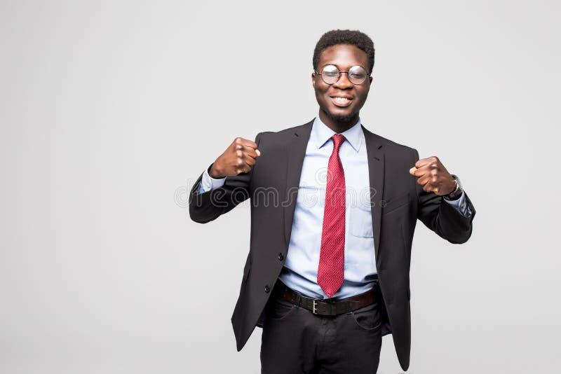 O retrato de um homem de negócios entusiasmado com braços aumentou no sucesso no fundo branco fotos de stock royalty free