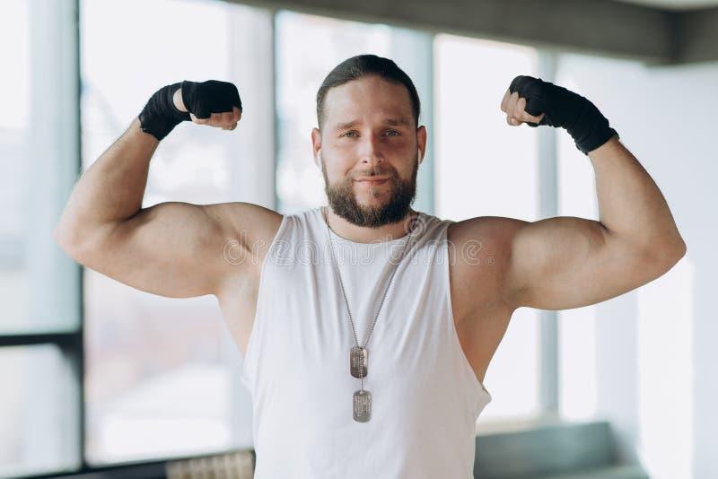 O retrato de um homem forte, muscular, Apollo mostra seus músculos, torso, imprensa do delta da veia imagens de stock