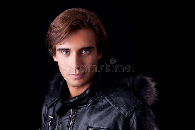 O retrato de um homem novo, no outono/inverno veste-se fotografia de stock