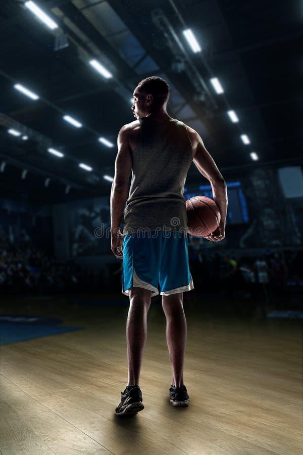 O retrato de um jogador de basquetebol com bola fotos de stock