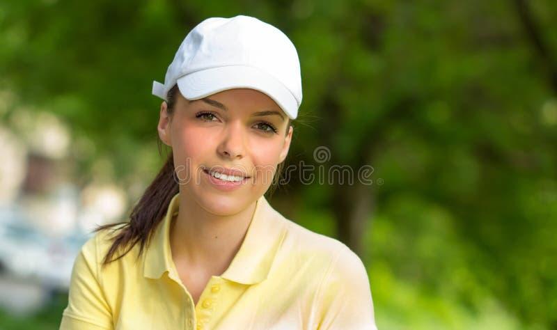 O retrato de um jovem de sorriso ostenta a mulher fotografia de stock