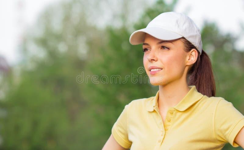 O retrato de um jovem feliz ostenta a mulher foto de stock